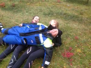 Det var kaldt. Og vi holdt tett sammen for å holde varmen. Morten på toppen. Amanda og Anniken under.