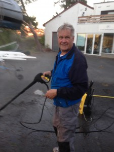 Ole Martin Berge rengjorde båtene for skjell og groer.