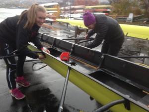 Anniken og Anca vasker og steller båter. Bolter ble løsnet og satt inn med marint fett.