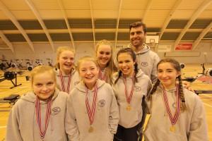 Trener Ivo Yanakiev med stolte Ormsund jenter.