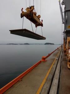 Brygga løftes på vannet av en av de store containerkranene.
