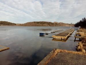 Isen er løsnet litt ved båtbryggene.
