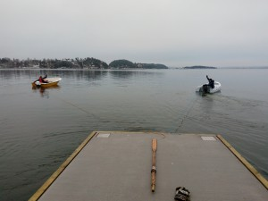 Kraftige taubåter dro brygga over til Malmøy. Skipper Zibi og Jan Giltvedt ved roret.