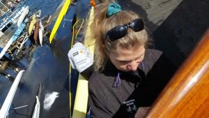 Antje Peine forbereder nytt navn på en båt.