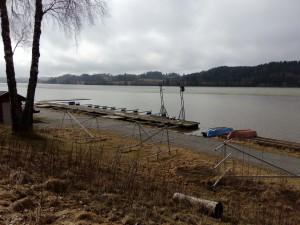 I regattabanen er det fortsatt is, men det er fritt vann på halvparten av vannet.