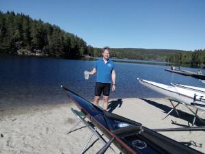Oppmann og pådriver Jens Chr Riis døper båt.
