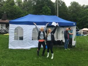 Mathea og Hannah er kjempeglade for det nye teltet. Erik Andresen og Inge Walle-Olsen ser mer betenkt utover Årungen.