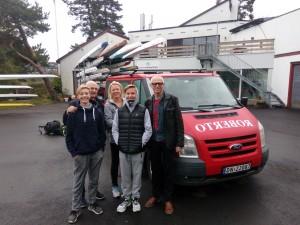 Erlend og Adrian skal til Os. Her får de formaninger av Pappa Erik og Ivar. Eva er leder for denne turen.
