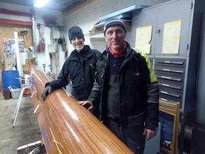 Brødrene Jan og Per Giltvedt pusser båt.
