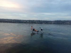 Christian Grosse på flatt vann i solnedgang.